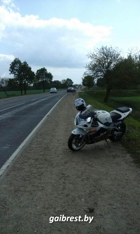 В Лунинецком районе мотоциклист не справился с управлением: пострадал он и его пассажир