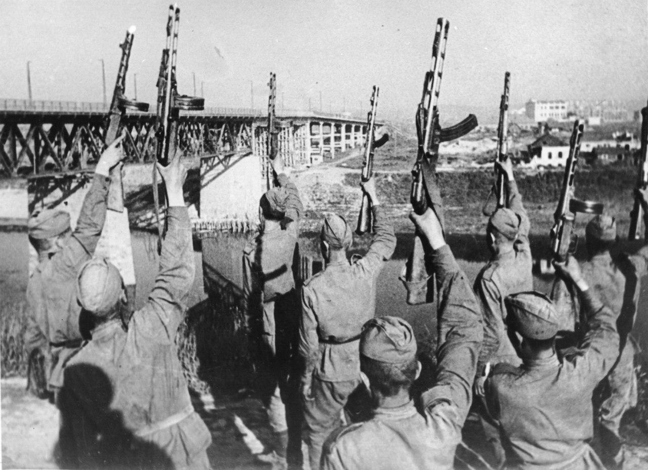 Советские бойцы у моста салютуют в честь освобождения Витебска от немецкой оккупации. 26 июня 1944 года.