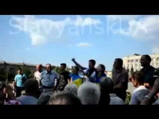ЗАЧЕМ ЛГАТЬ Массовка из Киева устраивает в Славянске проукраинские акции