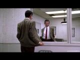 Мистер Бин. Корчит рожи перед зеркалом..