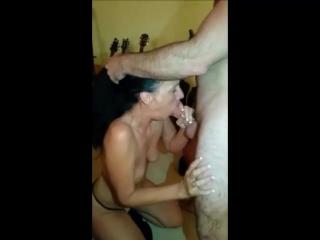 Жена сосёт