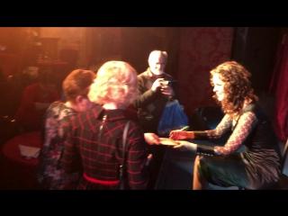 Алёна Биккулова общается со зрителями после моноспектакля о жизни Эдит Пиаф
