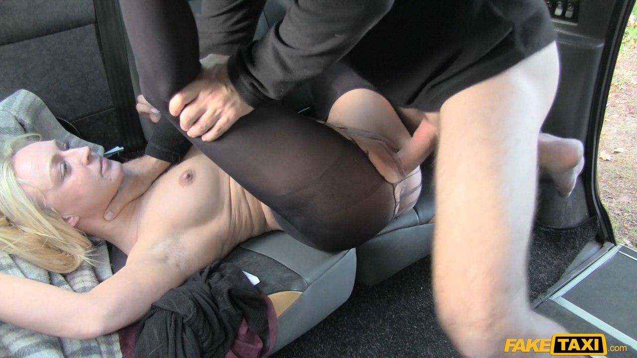 [FakeTaxi] Amber Deen Бисексуалку трахают в такси