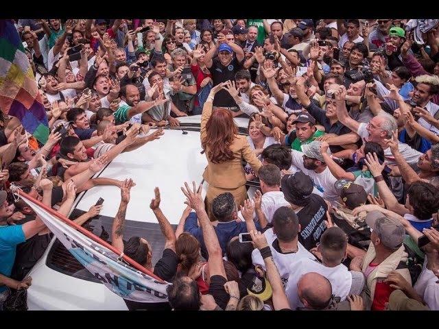 Cristina Kirchner salió de Comodoro Py caminando con el pueblo