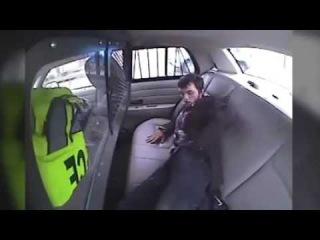 Освободившийся от наручников подросток пытался поджечь машину и вылетел в окно на полном ходу