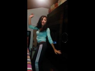 Юная красивая турчанка танцует в Перископе