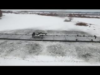 Наведение 100-метровой понтонной переправы через замерзшую реку