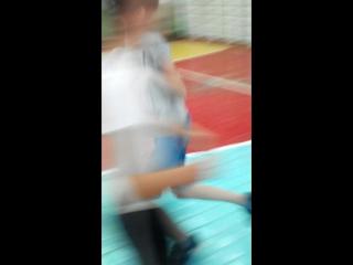 Мальчик-даун пытается заниматься физ-рой.