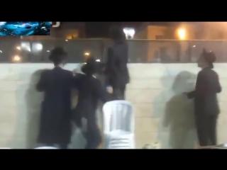 Путэн плачет у стены плача в хасидской КИПЕ. Поклоняется мошиаху- антихресту?