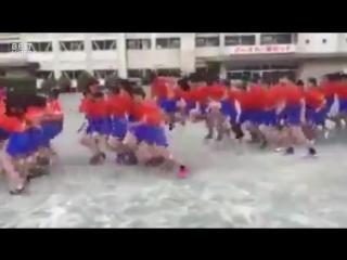 Как азиатские дети через скакалку прыгают