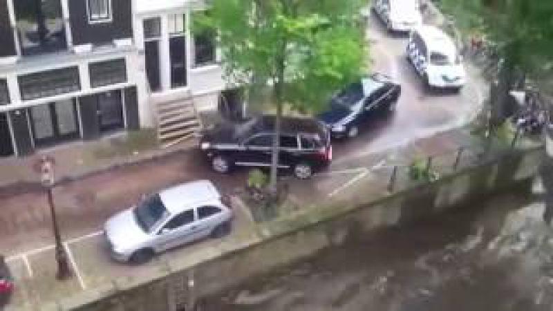 В Амстердаме Porsche Cayenne утопил припаркованный Smart