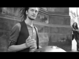 Уличный музыкант играет на Хэнг драме