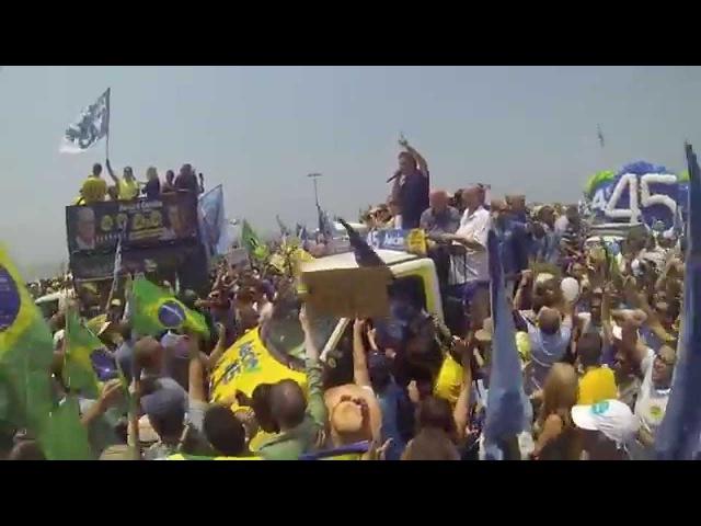 Rio de Janeiro abraça Aécio e canta hino nacional em Copacabana