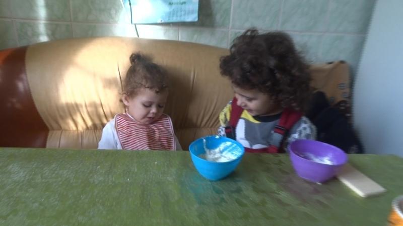 4 летняя сестра кормит свою младшую сестрёнку