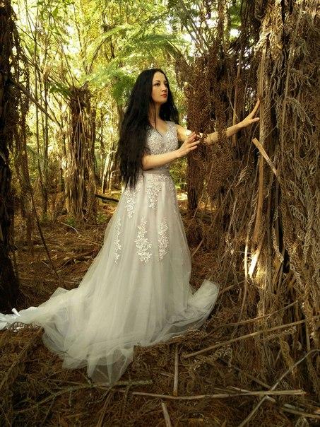 Длинное платье, которое за счет своего шлейфа и необычного серебристо-серого