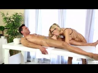 Горячая массажистка amanda tate сосет влажными губками большой член клиента
