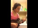 Девушка играет кантри невероятно быстро под ритм своей сушилки для белья