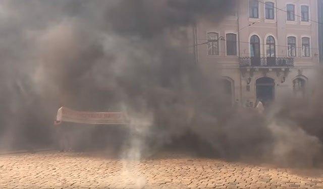 Львов в дыму: участники АТО заблокировали горсовет