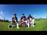 Ничего необычного, просто взрослые мужики играют AC/DC на детских музыкальных инструментах.