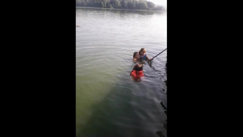 как я купаюсь в речке сосвоей сестрой Настей и с Катей