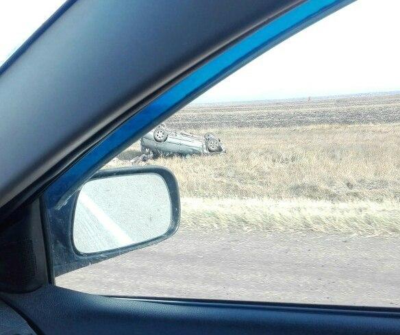 Под Омском иностранная машина вылетела с дороги иопрокинулась накрышу