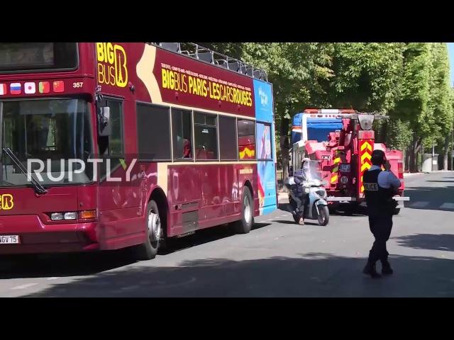 Франция: Открытый круизный автобус сбой в Парижский мост, ранивший 4 человека.