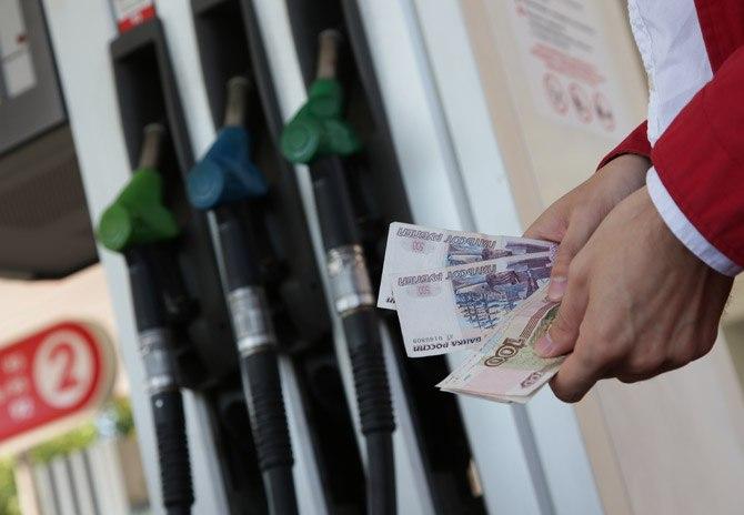 Доллар обвалил цены на бензин в Крыму