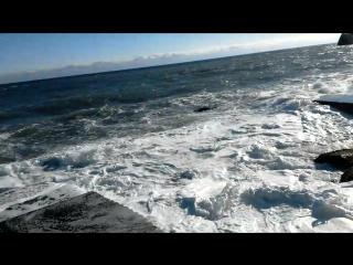 вот такая сегодня погода в Крыму , солнышко , тепло ,ветра нет но зато очень большие волны !