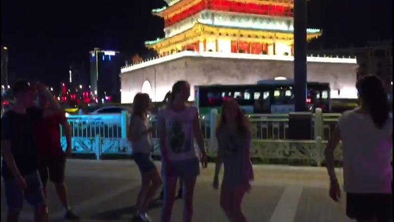 Танцы наших студентов на фоне колокольней башни Сиань