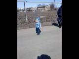 Абдинур гуляет на улице