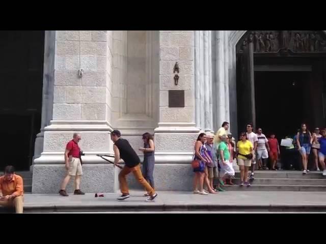 пранк.Американец подбигает к туристам и режет их селфи палки содовыми ножницами. Ржач всем