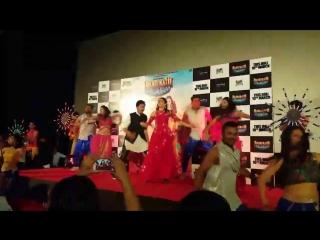 Варун Дхаван и Алия Бхатт танцуют под песню Badrinath Ki Dulhania