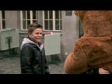 Трогательный ролик об одном инвалиде, которого чтобы пообниматься с людьми переодели в костюм плюшевого медведя