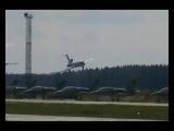 Пилот посадил танцующий самолет, потерявший управление.