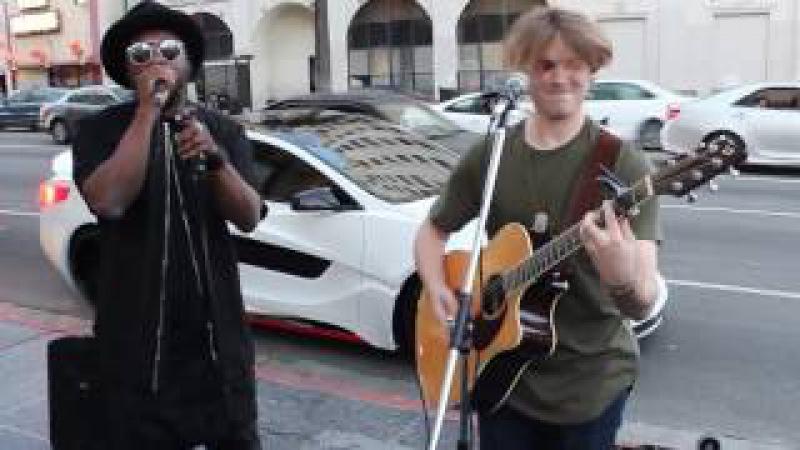 народ охренел. will.i.am подъехал и начал петь с уличным музыкантом/street musicians