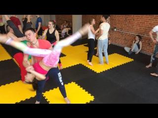 Акро-йога это не только сочетание йоги и акробатики, это ещё и тенец)))