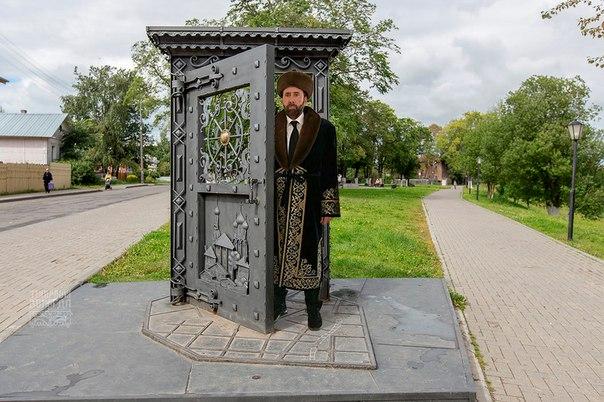 Николас Кейдж приехал в Казахстан и сфотографировался в национальном к