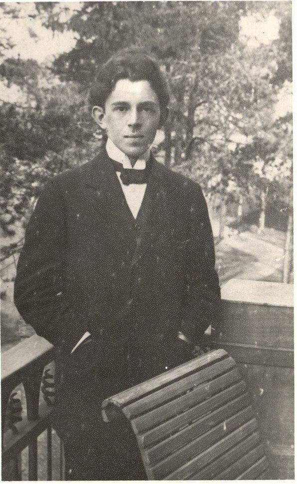 Осип Мандельштам на балконе. 1908—1909 гг.