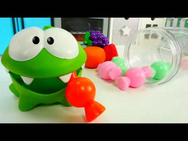 Видео для детей с игрушками. АМ НЯМ делает конфетки из фруктов. Приключения Ам Ня...
