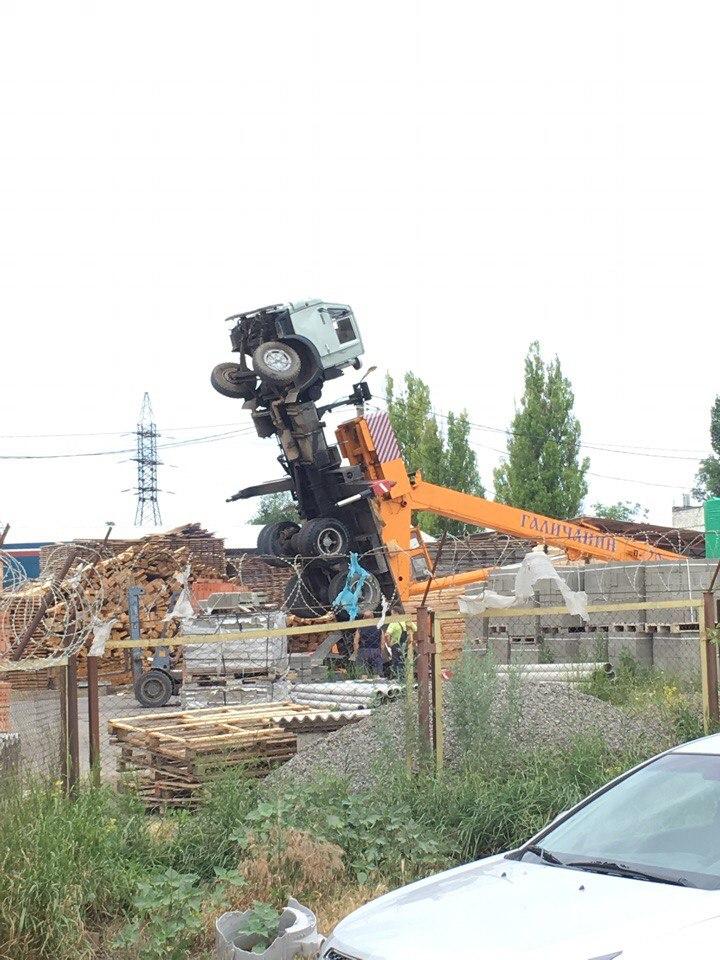 В Таганроге автокран встал «на дыбы»