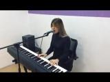 Alexeev - Океанами стали (Девушка красиво поет и играет на пианино)