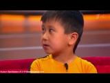 Маленький мальчик повторяет движения Брюса ли