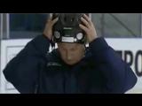 Путин надевает хоккейный шлем задом наперёд (из фильма Хуберта Зайпеля Я, Путин. Портрет, 2012)