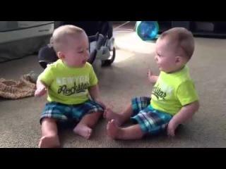 Близнецы разговаривают Детские приколы Cutest baby video! Identical twins talking