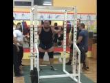 Иван Подрез, приседает 380 кг на 2 повтора. без экипировки в одних наколенниках!
