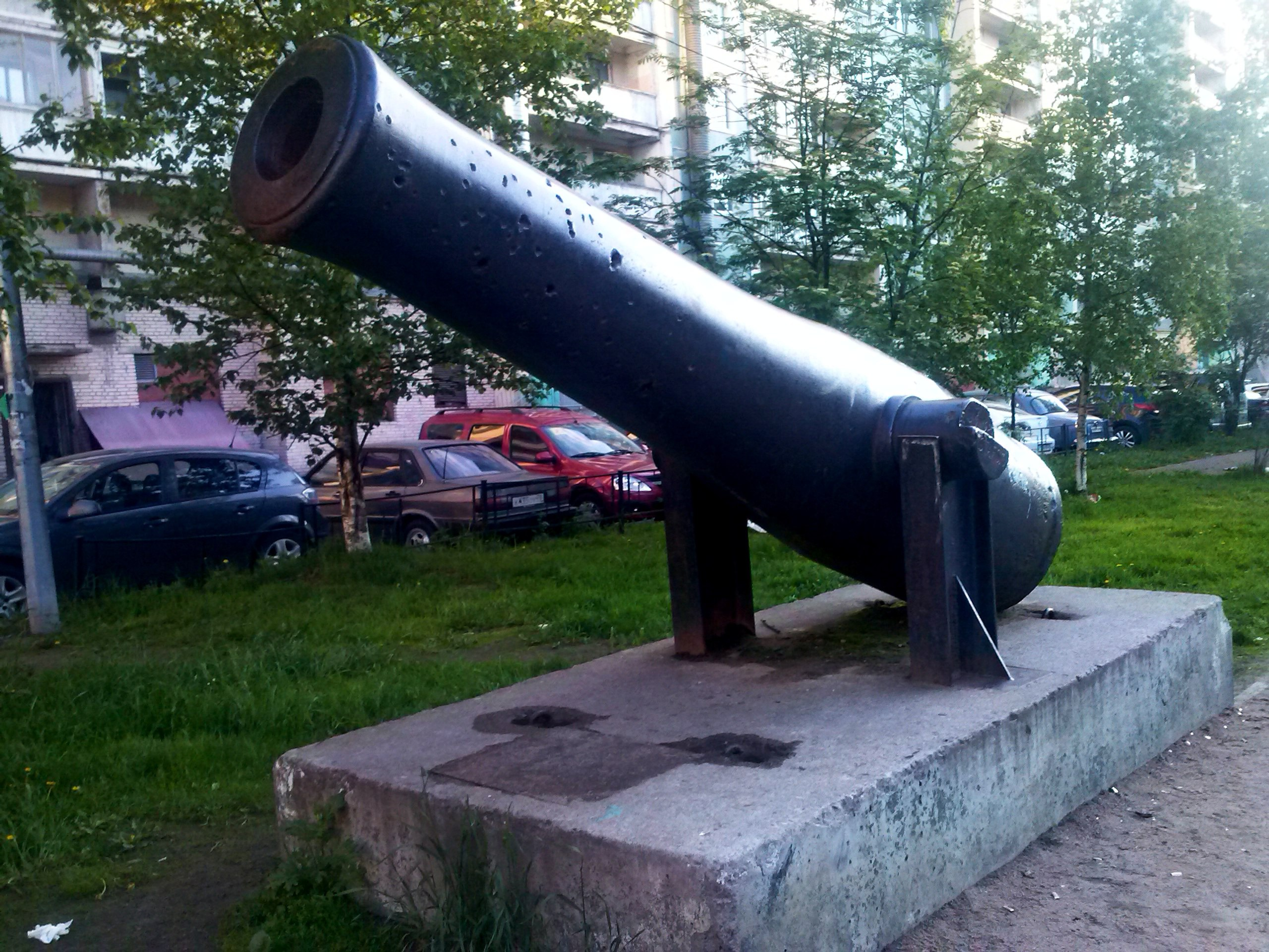 Необычные достопримечательности Петербурга. Шведская пушка в обычном дворе.