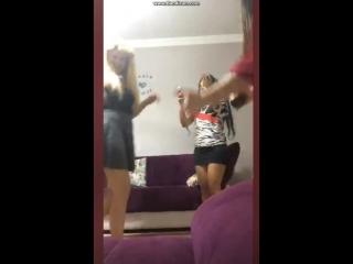 Девочки бухают и танцуют в Перископе