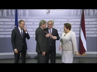 Мужик отжигает! Пьяный глава Еврокомиссии Жан-Клод Юнкер поцеловал Шульца в темя и раздавал пощечины на саммите в Женеве.