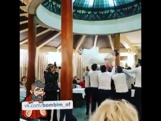 Теперь и невесту кидают DD