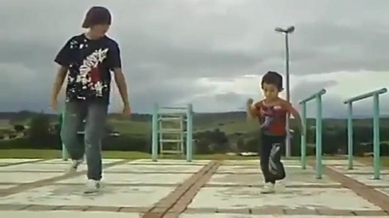 Малыш танцует тектоник